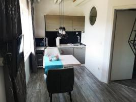 Appartement: Essbereich mit Zugang zum Balkon