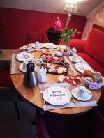 Unser Frühstücksraum: der große Tisch