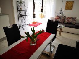 Appartement: Wohnbereich mit Blick zum eigenem Zugang