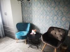 Der Sitzbereich mit Schrank